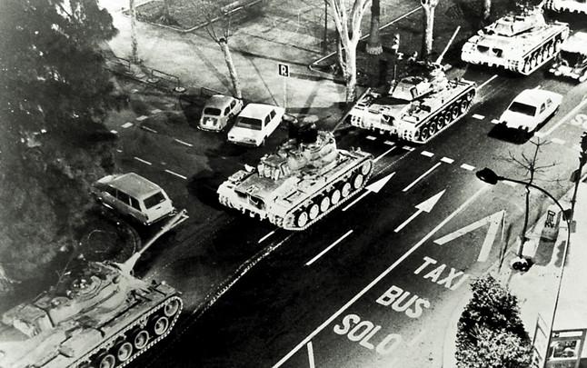 Panzer auf den Straßen von Valencia. Die Armee macht mobil.