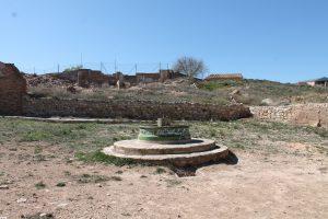 Keine Frauen am Brunnen von Belchite, 2014. Man beachte das von Neonazis benutze Keltenkreuz am Brunnen.