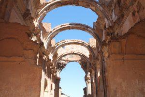 Typisches Bild in Belchite: Mauern, aber keine Dächer